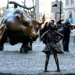"New York : La statue de la ""Fearless Girl"" par Kristen Visbal créée la polémique a New York City Wall Street"